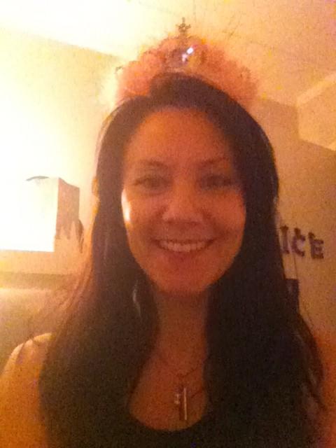 """""""Min lilla 40-prinsesa, med krona i hår"""""""