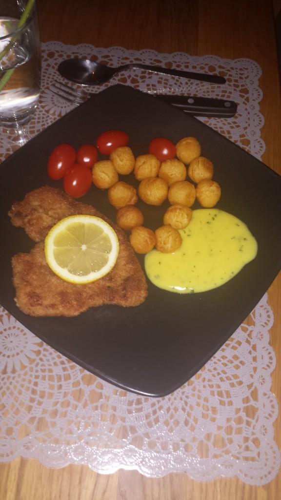 Weinerschnitzel pågång med citron, potatisbullar, tomat, bea, lyxtarikar, tjejkväll och Marko är ute med jobbet hela kvällen