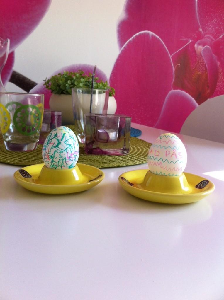 Före frukost blåste Marko ägg, och efter satt jag och mamma och målade dem.