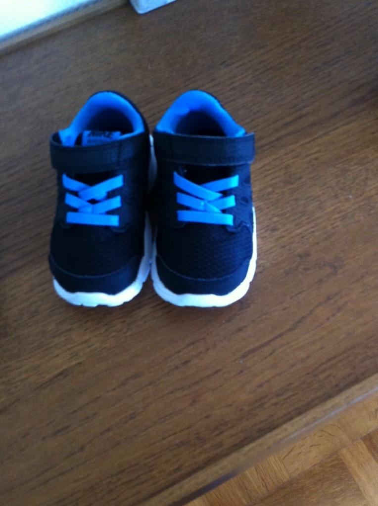 Marko önskade säg bäbis Nike skor i födelsedagspresent också fick han det av mig och mamma.