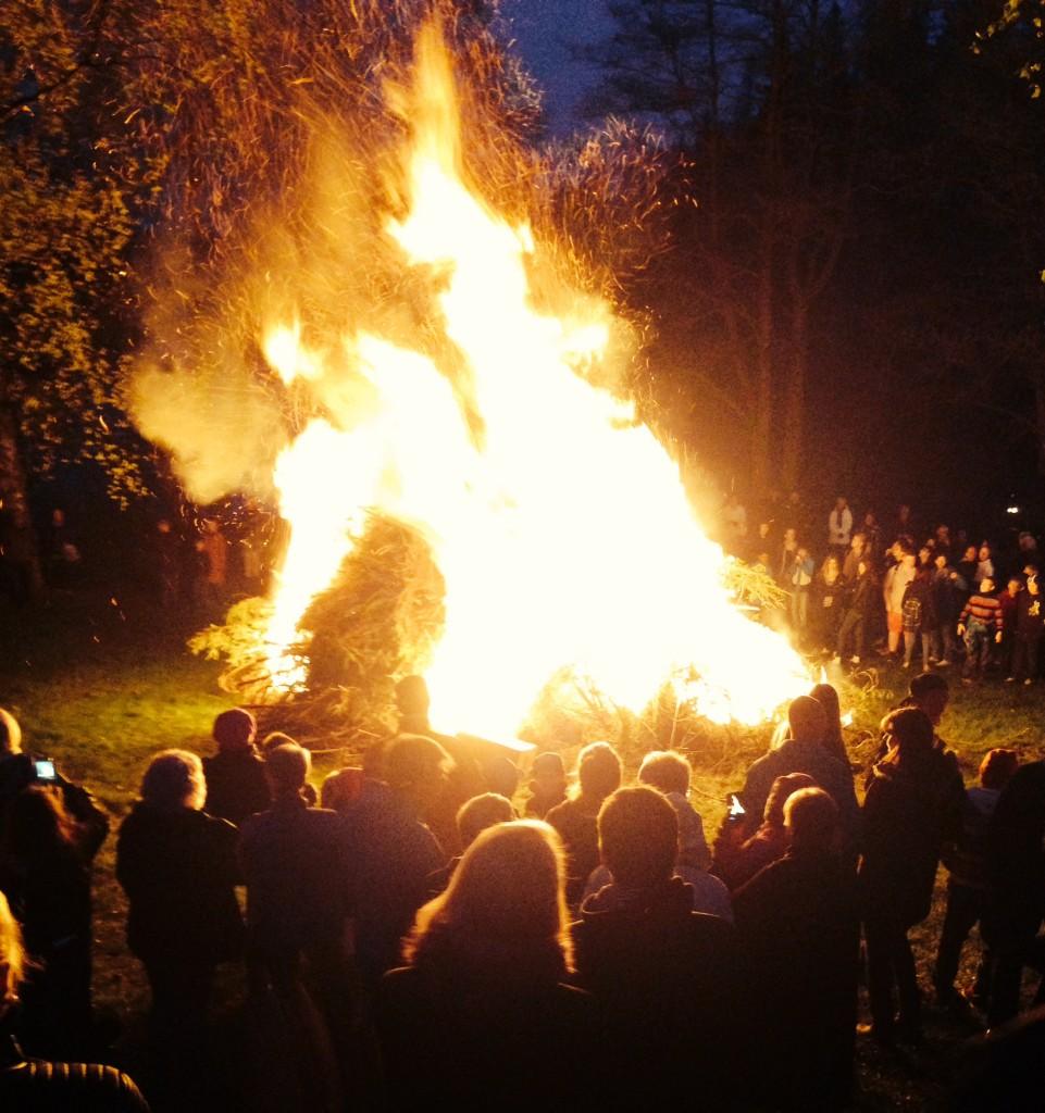 Det här gör de varje år bränner upp en stor hög med skräpp, jättecoolt, extra för mig som inte har varit med om  det. Det blev varmt.