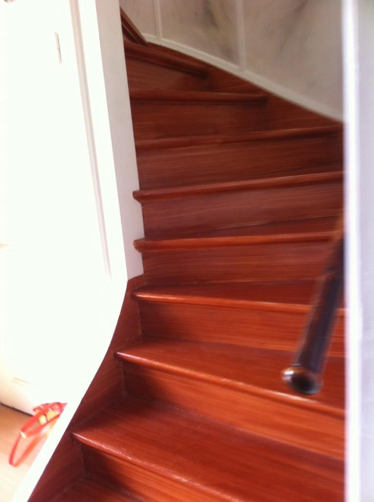När man kom in i hallen så  var det en trappa upp till sovrummen.