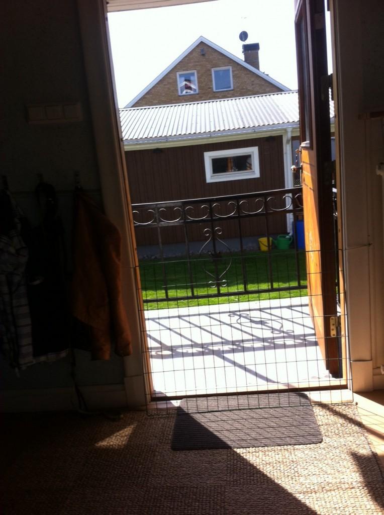 Det var ett stort kök med ett träbord och en soffa, när vi var där så var det fint väder hela tidet, så vi hade öppet.