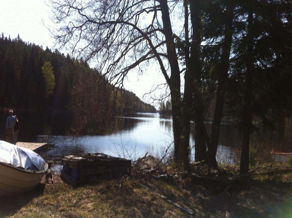 Vid sjön hade vi lite picknick och vi gick för att kika lite. Vi gick lite längre upp till en liten stuga och jag spelade fotboll med hundarna.