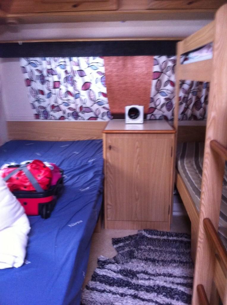 Min säng till höger. Inte så rolig bild, men jag vill att du ser hur det ser ut.