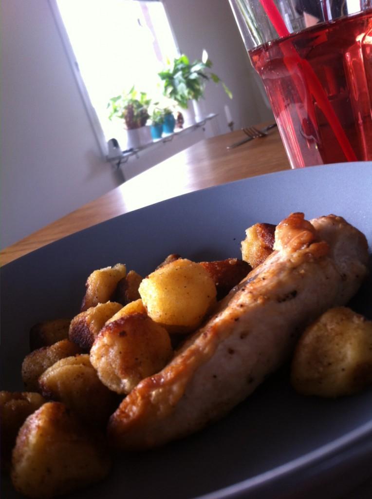 Idag var jag hos min bästa kompis, vi åt lunch. Ett litet tips lägg inte ful potatis (runda potatis bollar FELIX) i kylen och ät det inte dagen efter, det blir inte så gott då! :-