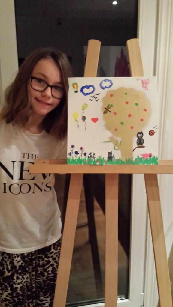 Vi målade ett guld träd och lite gräs på en tavla, också fick alla måla vad de ville. Jag målade två moln.