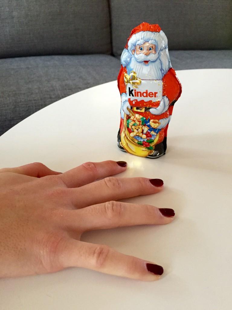 Jag och mamma målade mina naglar igår! :) Jag fick min chocklad tomte i paket nummer 20 idag :-)