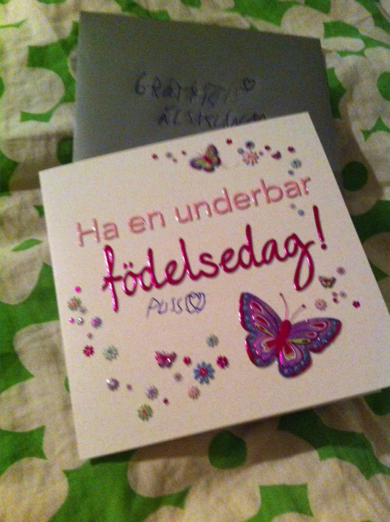 Idag gav jag mamma det här korten, ett doftljus och en fin mugg på sängen.