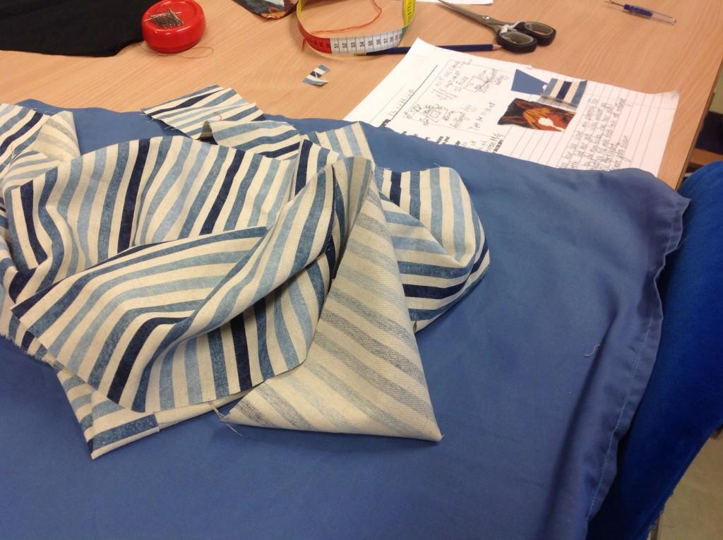 Jag har gjort ett  blått förkläde med häst ficka på i julklapp till Mathilda (kusse) hon blev jätteglad,