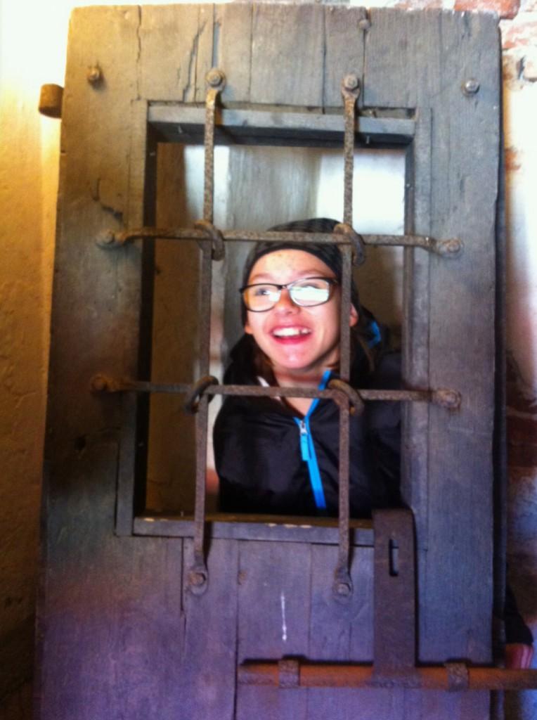 Vi var inne i fängelse hålorna. Grovt bus = Mörk cell, Bus= Ljus cell