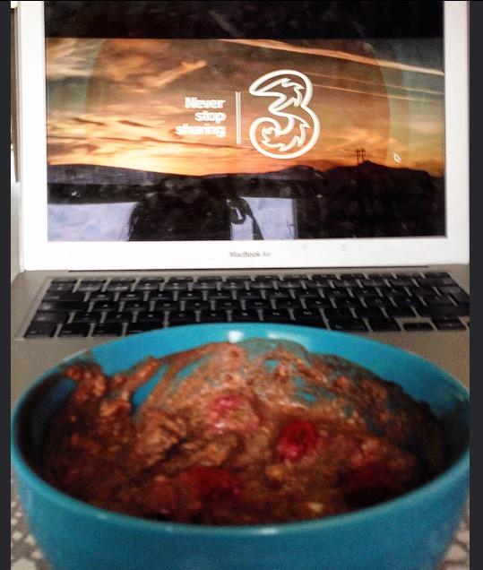 Det bästa när man är sjuk och är ensam hemma är att man får titta på Nyhetsmorgon vid frukostbordet, det är mysigt. Och då känner jag mig inte helt ensam heller. :)