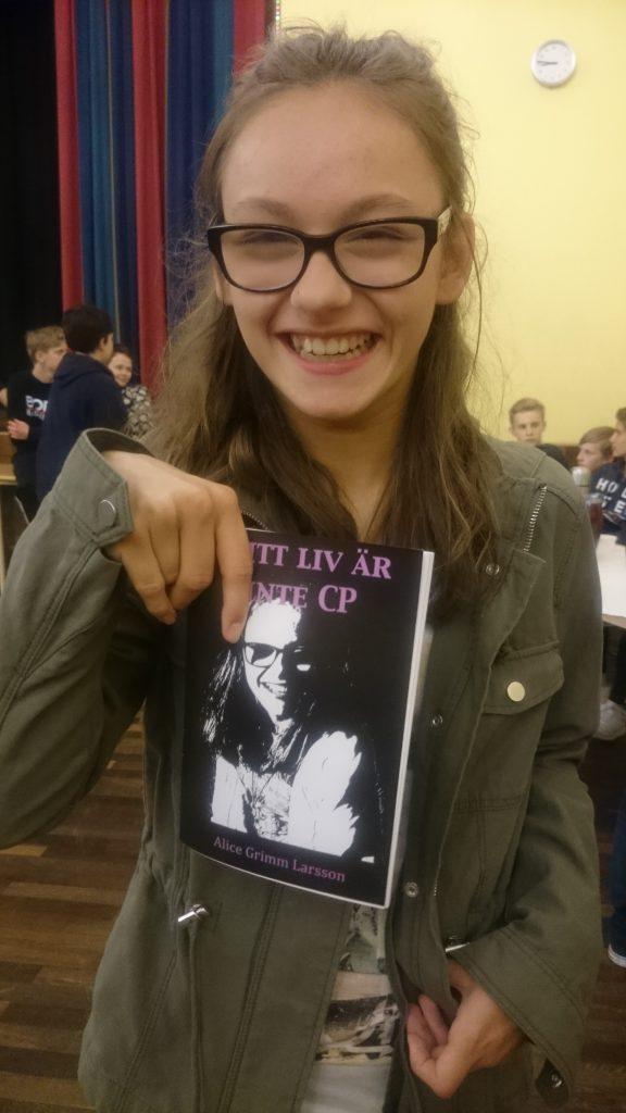 Glad tjej för att hon får ta hem sin bok idag. :)
