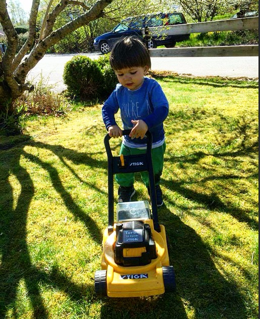 Elliot fick en gräsklippare igår! :)