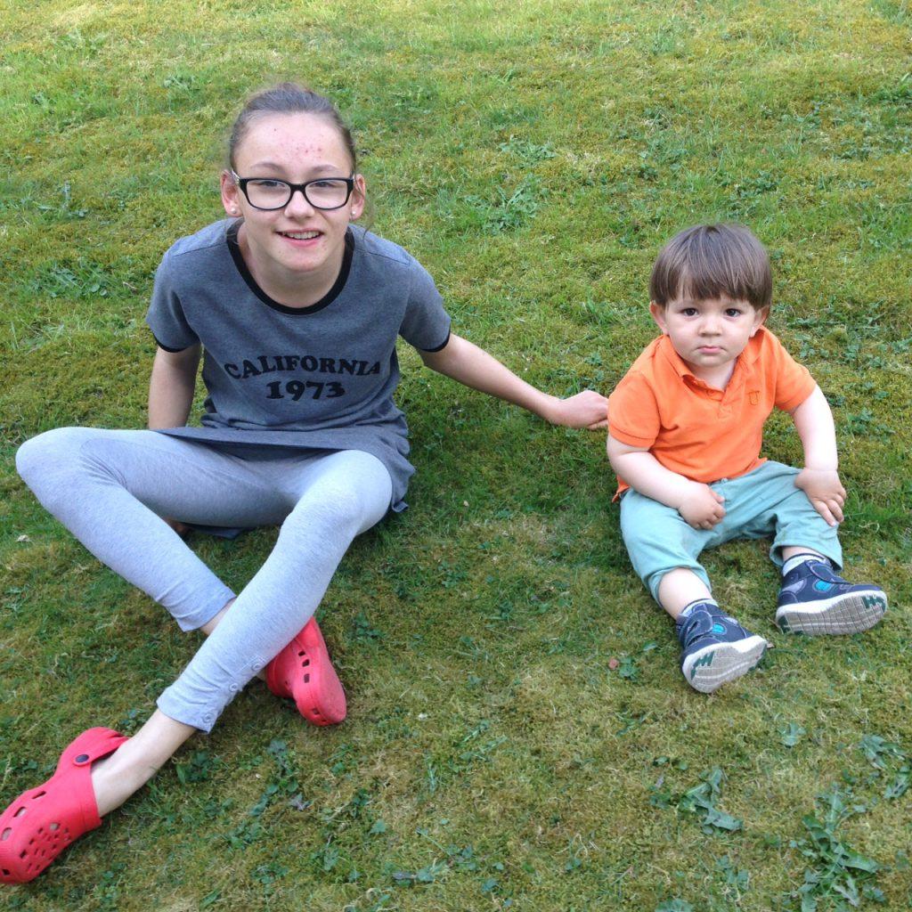 Brorsan och syrran sitter i gräset! :) <3