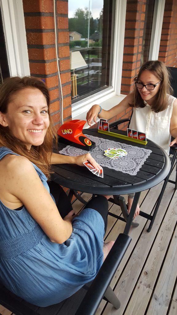 När vi kom hem njöt vi på balkongen av kvällssolen med lite Uno :) <3