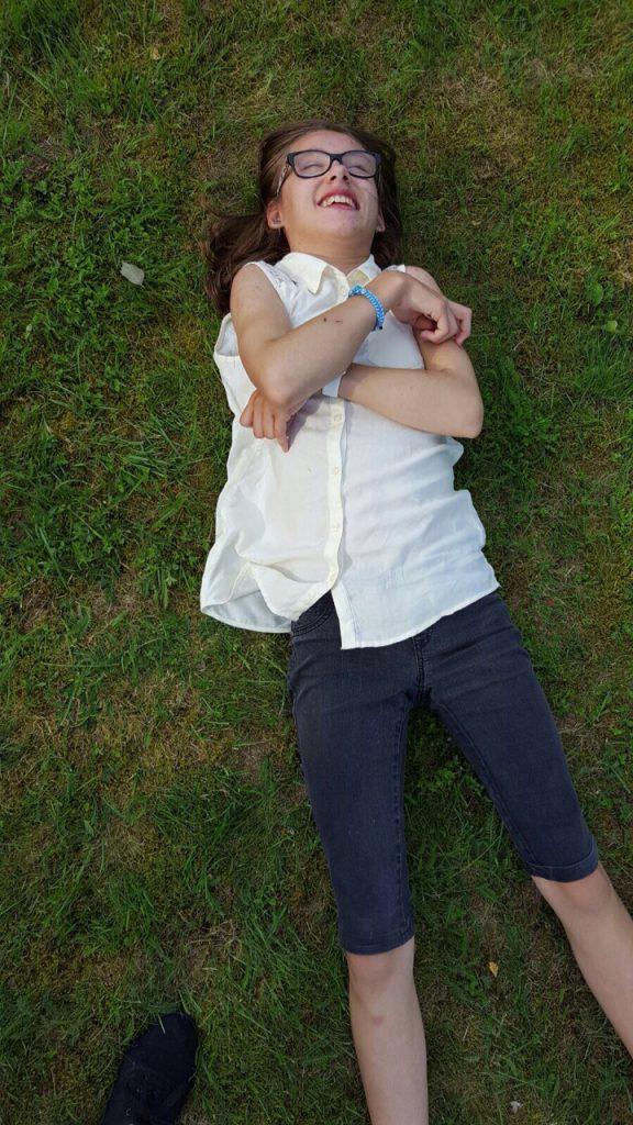 Jag ligger och vilar i gräset innan tårtan