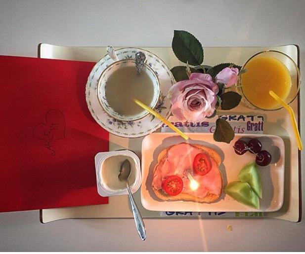 Frukostbrickan till födelsedagsbarnet! :)