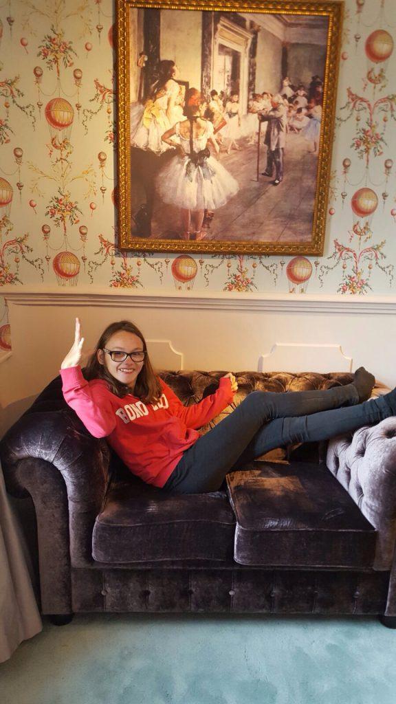Hotellrummets sofa med en fjortis i! :)
