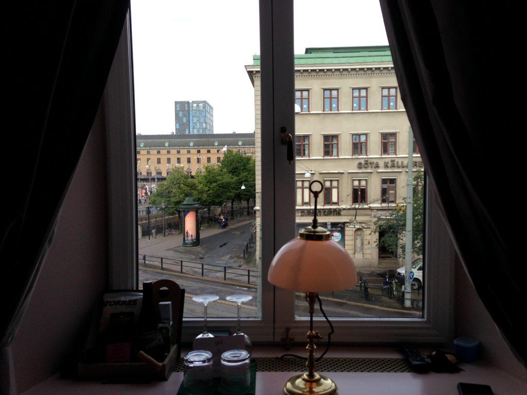 Väldigt fin utsikt mot post hotellet, där kunde man stå och titta på bussar, spårvagnar och folk, väldigt trevligt! :)