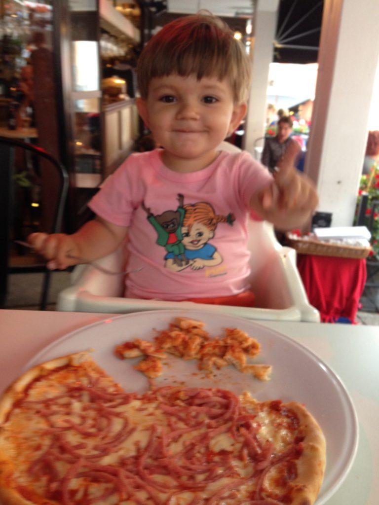 Elliot tog en god pizza!