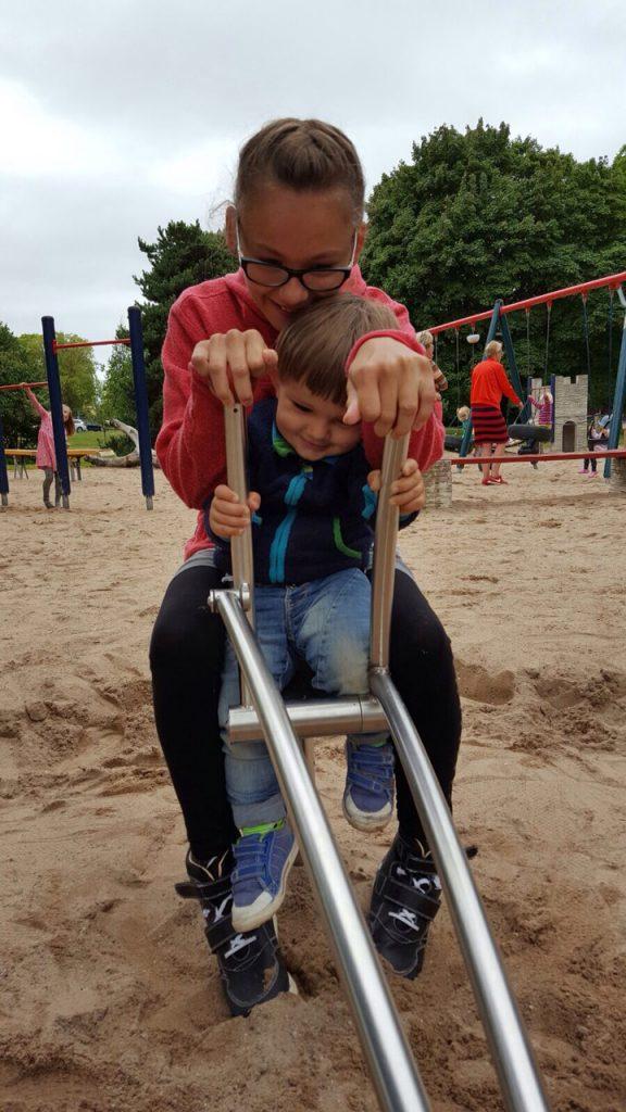 Jag och brorsan gräver på lekplatsen :) <3