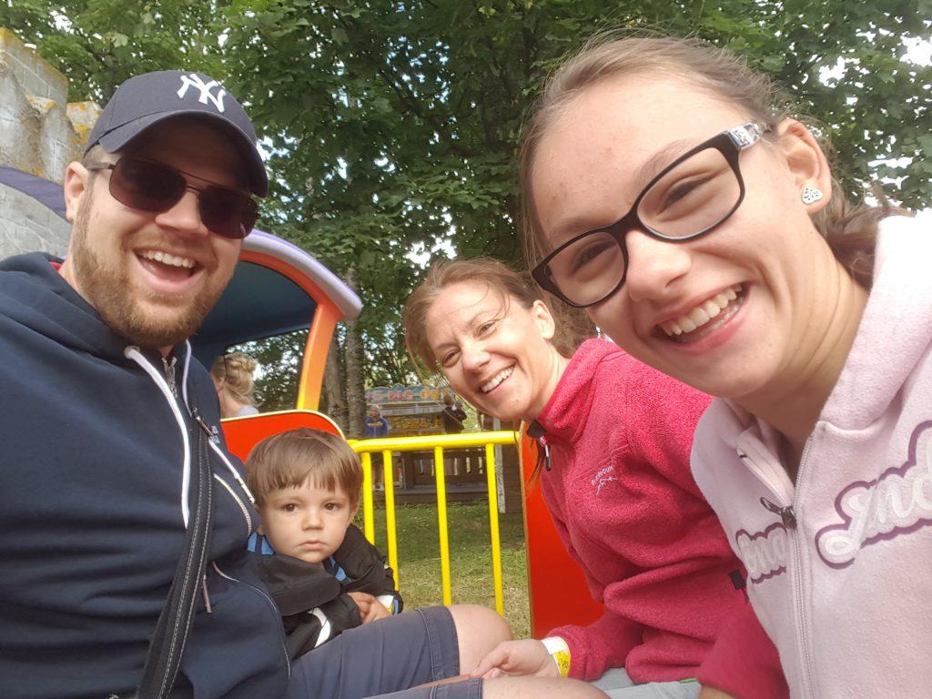 Elliot åker sin första karusell med hela familjen!! :)