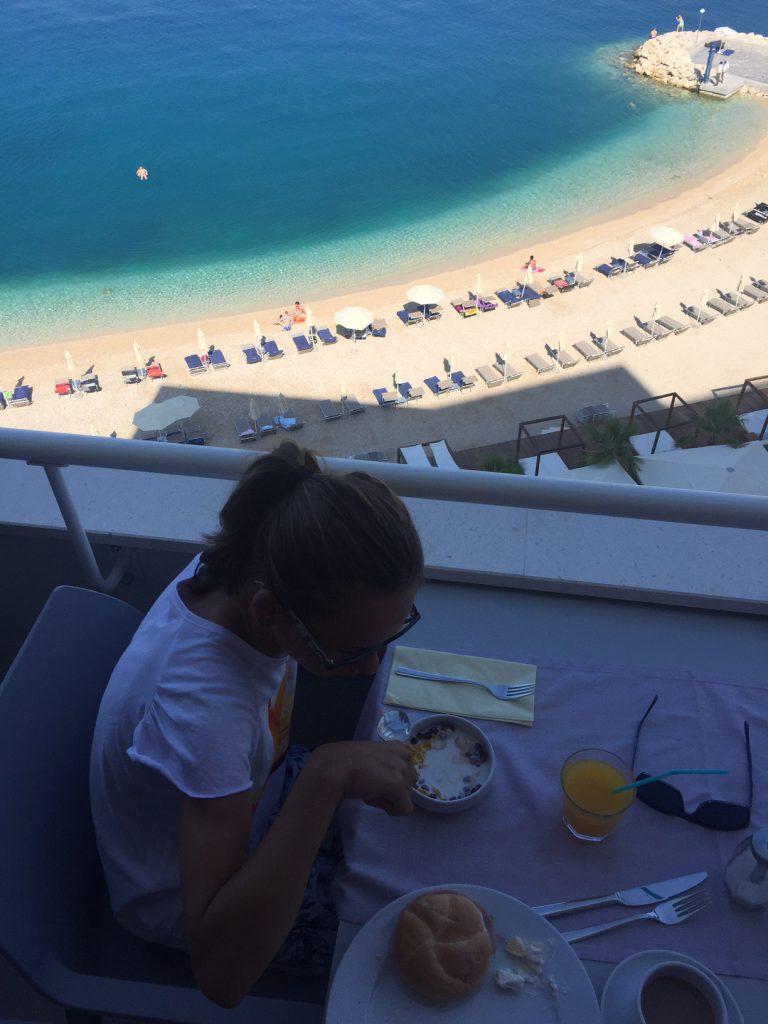 Frukostime, ingen tråkig utsikt...titta vilket klart vatten det var idag, mycket vackert.