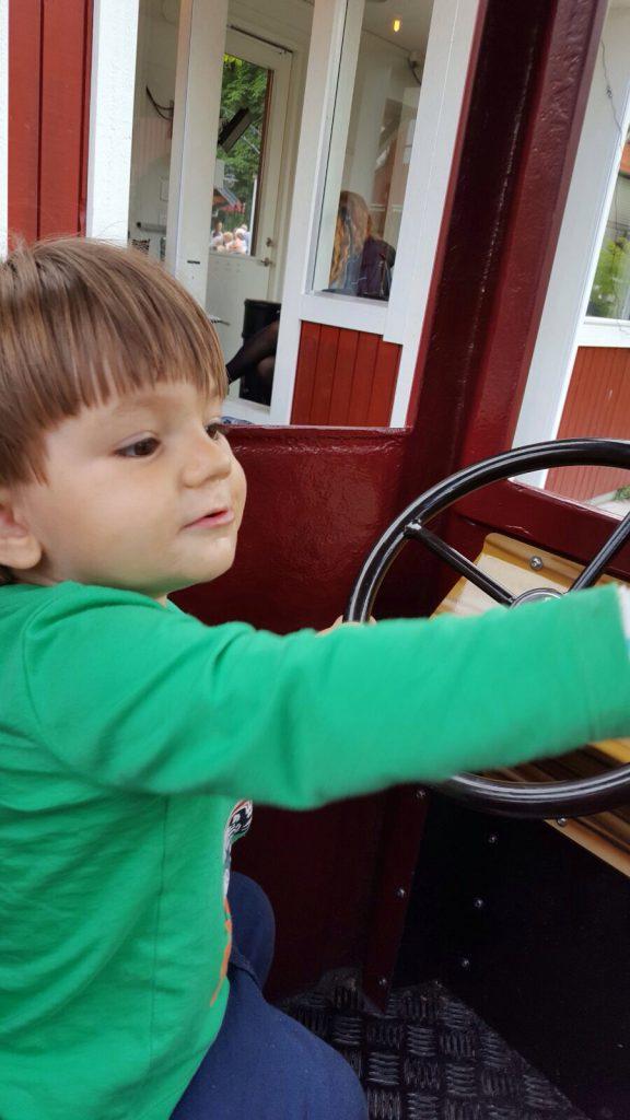 Elliot kör bil