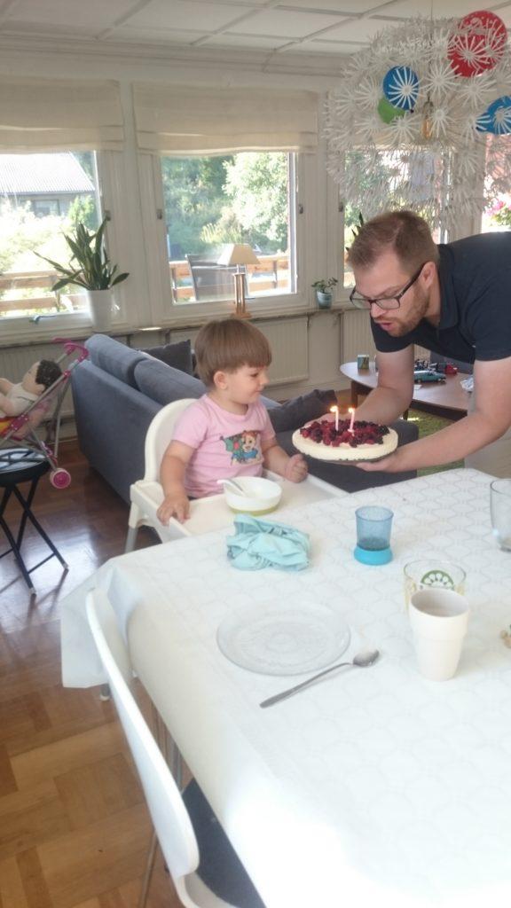 Födelsedagsbarnet får god tårta! :)