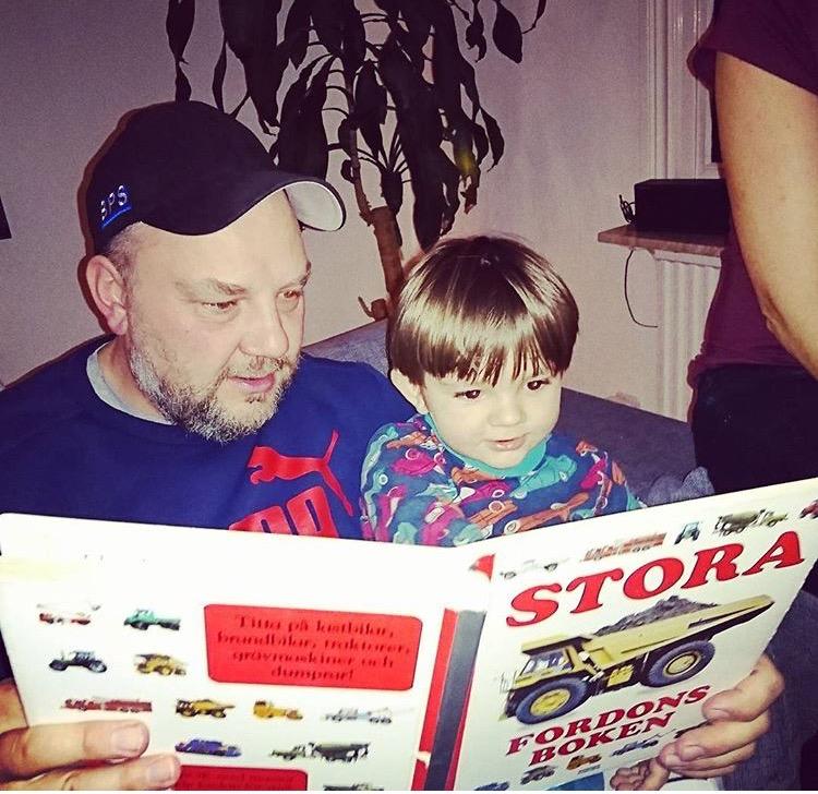 Min och Elliots morbror! Så söt de sitter där och läser om stora maskiner! <3